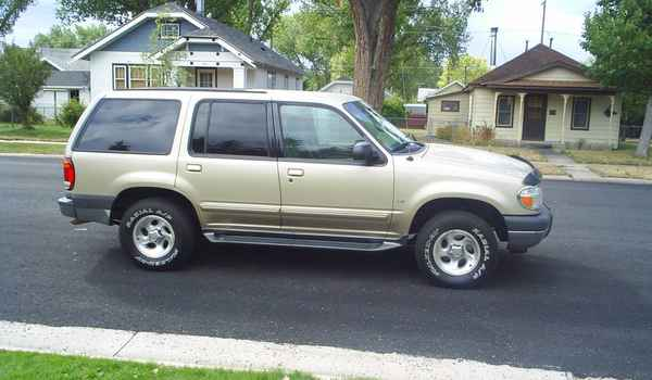2000-Ford-Explorer-V8-rt.JPG